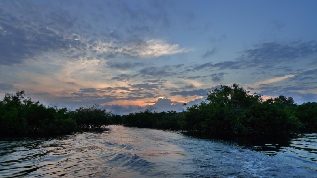rio negro amazonas pareja con botas